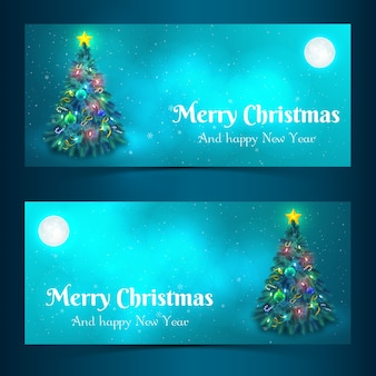 Platte ontwerp versierde kerstboom in maanlicht banners geïsoleerde vector illustratie