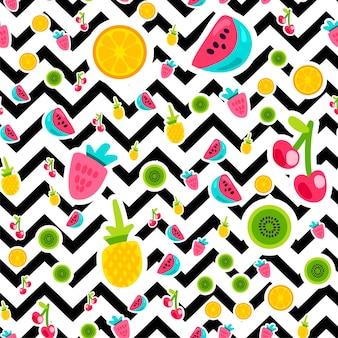 Platte vruchten naadloze vector patroon. sinaasappel-, kersen-, aardbeienstickers op zigzagachtergrond