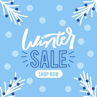 Platte winter verkoop aanbieding belettering met pijnboombladeren