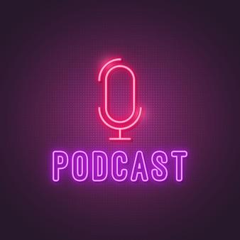 Podcast neonreclame. gloeiende studiomicrofoon en tekst podcast.