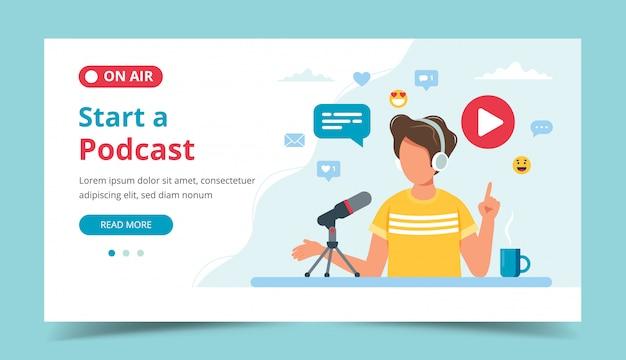 Podcaster in gesprek met microfoon podcast opnemen in de studio.