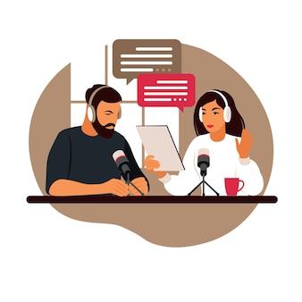 Podcaster praten met microfoon opname podcast in studio.