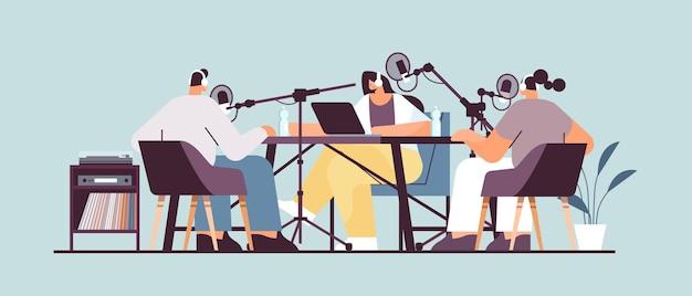 Podcasters praten met microfoons podcast opnemen in studio podcasting online radio-uitzendingsconcept volledige lengte horizontaal