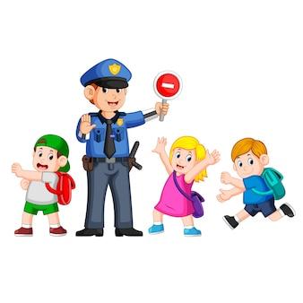Politie met behulp van het stopbord om de kinderen te helpen het zebrapad te passeren