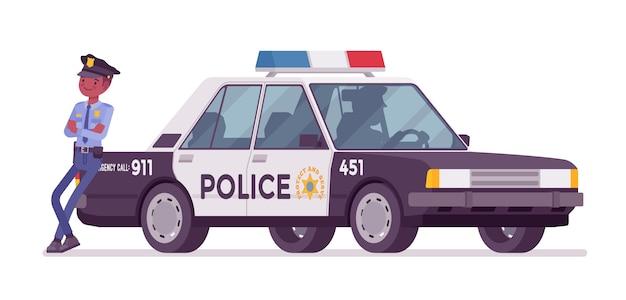 Politieagent dichtbij patrouillewagen