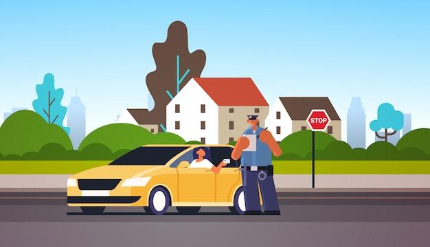 Politieagent het schrijven boete die van het rapportparkeren of het verzenden van kaartje voor vrouwenzitting in auto die de cityscape van het de veiligheidsverordeningenconcept van het rijbewijswegverkeer tonen volledige lengte als achtergrond horizontaal