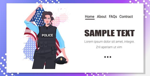 Politieagent in uniform met vlag van de vs en hoed gelukkige dag van de arbeid