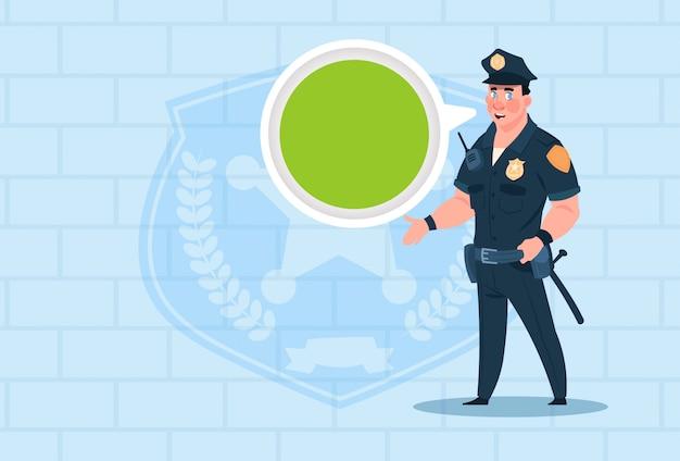 Politieagent met praatjebel die eenvormige copwacht over baksteenachtergrond draagt