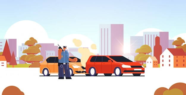 Politieagent met walkie-talkie politieagent permanent in de buurt van beschadigde auto's verkeersveiligheid voorschriften service auto-ongeluk concept stadsgezicht achtergrond vlak horizontaal volledige lengte