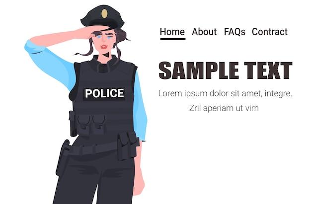 Politieagente in tactische uitrusting officier van de oproerpolitie staande pose demonstranten