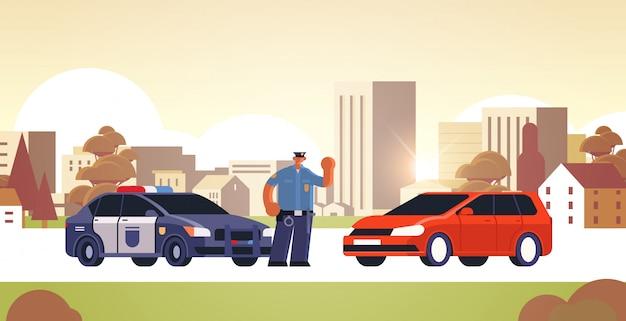 Politieman die de auto tegenhoudt die voertuig controleert op cityscape van het verkeersverordeningenconcept van de verkeersveiligheid
