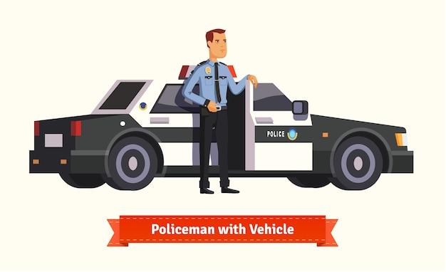 Politieman die van zijn auto komt