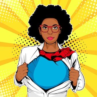 Pop-art afro-amerikaanse vrouw met superheld t-shirt