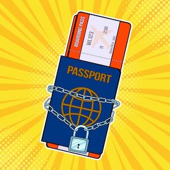 Pop-art lock met ketting op het paspoort en vliegtickets
