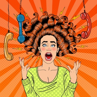 Popart agressieve woedende schreeuwende vrouw met handset. illustratie