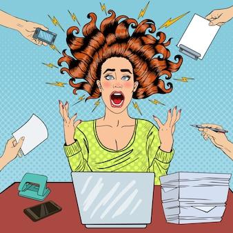 Popart agressieve woedende schreeuwende vrouw met laptop