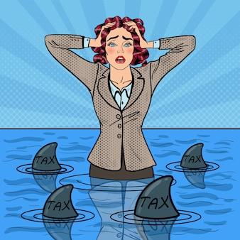 Popart bezorgd hulpeloos zakenvrouw zwemmen met haaien.