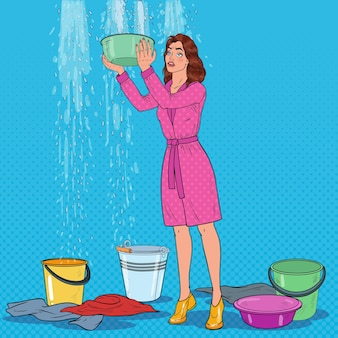 Popart bezorgd vrouw met emmer en het verzamelen van water uit het plafond. beschadigd dak.