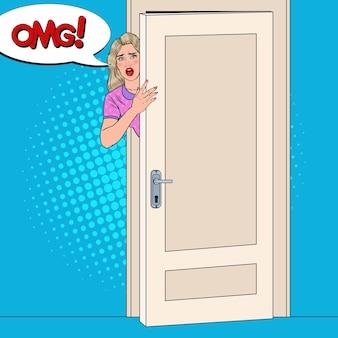 Popart geschokt vrouw gluren van achter een deur