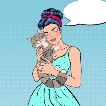 Popart jonge mooie vrouw omarmen kat