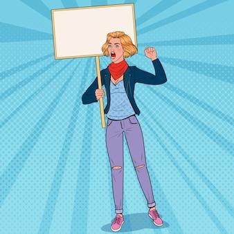 Popart jonge vrouw protesteren op het piket met lege banner. staking en protest concept. meisje schreeuwt over demonstratie.