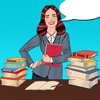 Popart jonge vrouw zittend op de bibliotheek tafel en leesboek met hand teken duim omhoog.