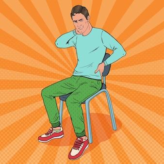 Popart man die lijdt aan rug- en nekpijn zittend