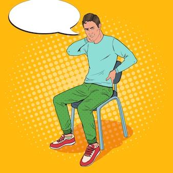 Popart man die lijdt aan rugpijn en nekpijn zittend