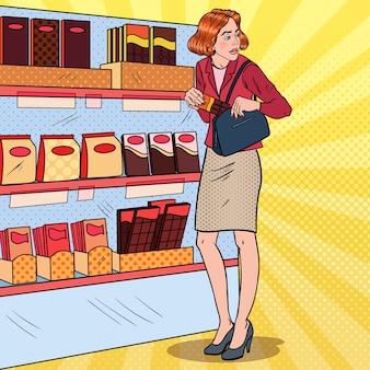 Popart mooie vrouw stelen van voedsel in de supermarkt