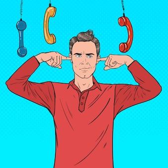 Popart overwerkte gefrustreerde man gesloten oren met vingers van vervelende telefoons. multitasking op kantoor. onwetendheid concept.