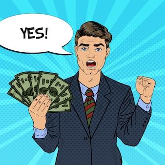 Popart rijke zakenman geld dollar bankbiljetten met komische tekstballon te houden. retro illustratie