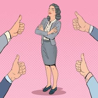 Popart succesvolle zakenvrouw en handen duimen opdagen.