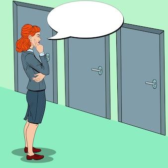 Popart twijfelachtige zakenvrouw kiezen van de juiste deur.