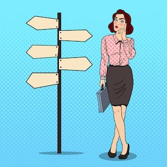Popart twijfelachtige zakenvrouw op kruispunt aanwijzer teken.