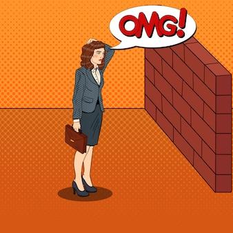 Popart twijfelachtige zakenvrouw staande voor een bakstenen muur.