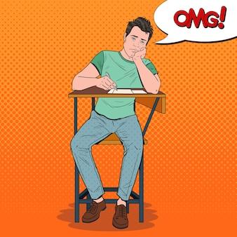 Popart uitgeput student zittend op het bureau tijdens saaie universitaire lezing. moe knappe man op de universiteit. onderwijs concept.