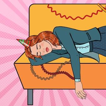 Popart uitgeput vrouw slapen op de bank na nacht office party. nieuwjaarsviering, verjaardag.