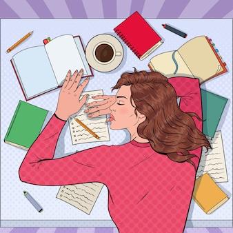Popart uitgeput vrouwelijke student slapen op het bureau met leerboeken. vermoeide vrouw examen voorbereiden.