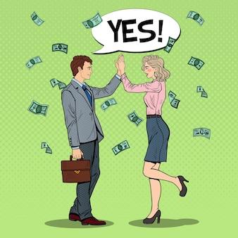 Popart zakenman high five geven aan zakenvrouw. geld vallen.