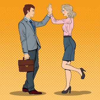 Popart zakenman high five geven aan zakenvrouw.