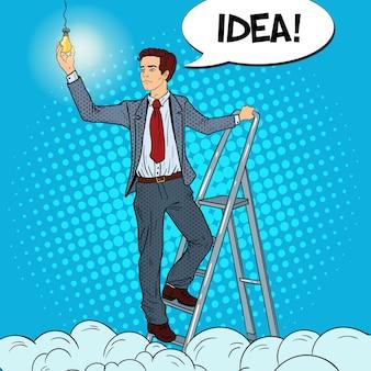 Popart zakenman met ladder en gloeilamp in de wolken.