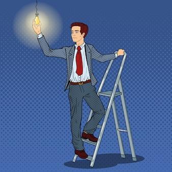 Popart zakenman met ladder en gloeilamp.