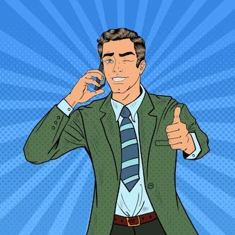 Popart zakenman praten aan de telefoon en geweldig gebaren. illustratie