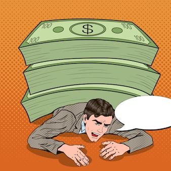 Popart zakenman verpletterd door enorme stapel geld.