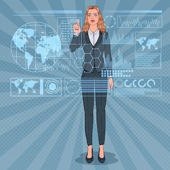 Popart zakenvrouw met behulp van virtuele holografische interface. futuristische technologie touchscreen.