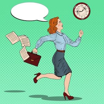 Popart zakenvrouw met werkmap aan het werk.