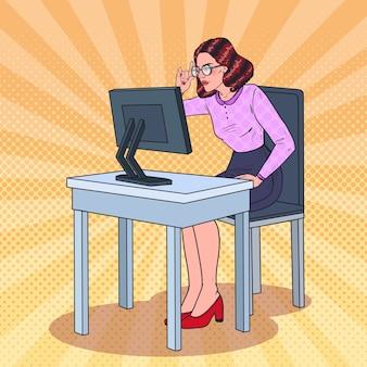 Popart zwakke ogen zakenvrouw werken op de computer