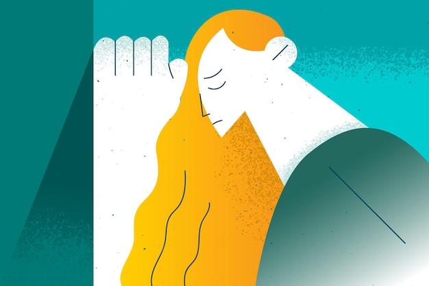 Portret van beklemtoonde droevige jonge vrouw die zich buiten met gesloten ogen bevindt