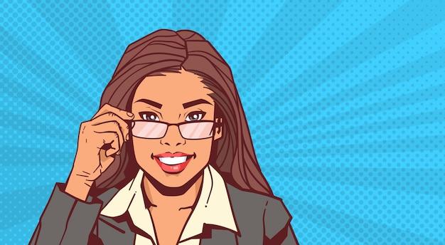Portret van de aantrekkelijke glazen van de bedrijfsvrouwenholding over de uitstekende stijl van pop-artpinup