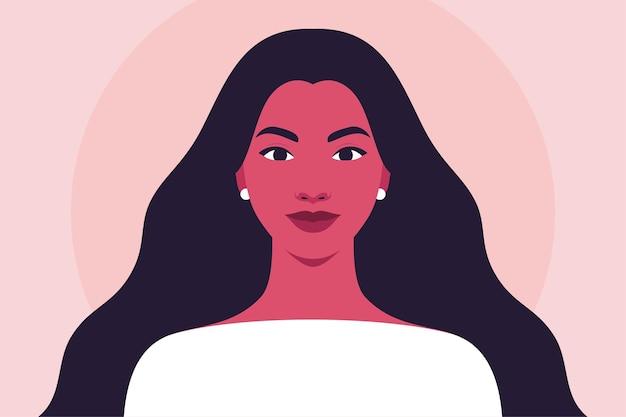 Portret van een gelukkige jonge vrouw met lang golvend haar
